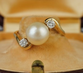 A CHARMING & ELEGANT LATE DECO 9 MM. PEARL & DIAMOND TWISTED RING!