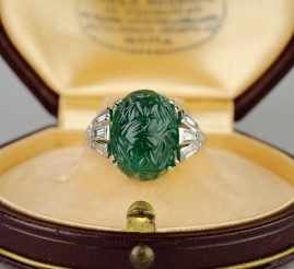 AN EXCEPTIONAL ART DECO CARVED MOGUL EMERALD & DIAMOND RING!