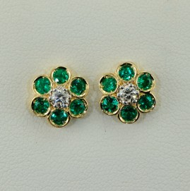 18KT EXQUISITE EMERALD & DIAMOND STUD EARRINGS