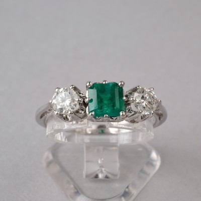 DISTICTIVE VINTAGE NATURAL EMERALD & DIAMOND THREE STONE ENGAGEMENT RING!
