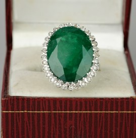 A FABULOUS VINTAGE 14.0 CT NATURAL EMERALD .56 CT DIAMOND RING!