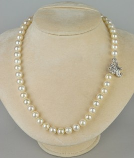 A FABUOUS VINTAGE SINGLE STRAND CULTURED PEARL 8.5 MM. DIAMOND CLASP!