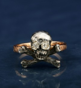 BEAUTIFUL VICTORIAN DIAMOND SKULL & CROSSED BONES MEMENTO MORI RING