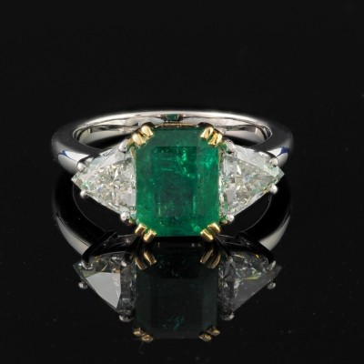 EXTREMELY FINE NATURAL COLOMBIAN EMERALD AND TRILLION DIAMOND EXCELLENT TRILOGY RING!