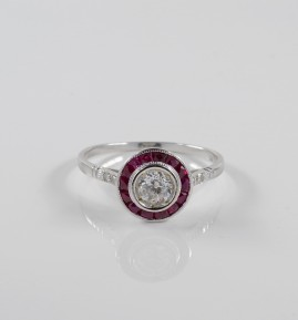 A CHARMING ART DECO DIAMOND SOLITAIRE & RUBY CLASSY TARGET RING!