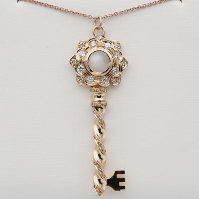 Vintage Key of Heart 2.50 Ct Moonstone 1.20 Ct Diamond 18 KT Pendant